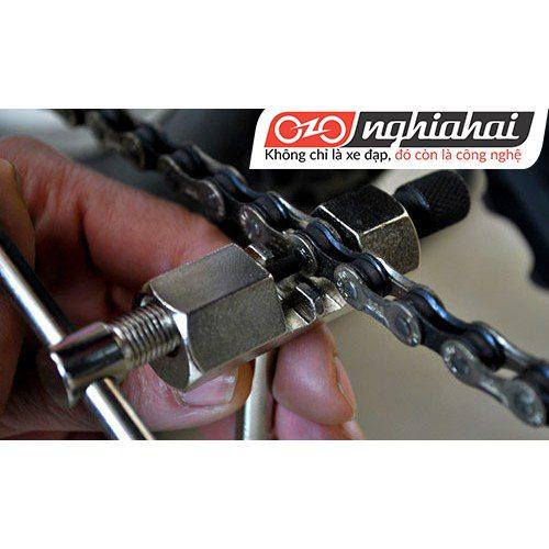 Sử dụng dụng cụ để tháo lắp xích xe đạp