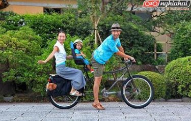 Cho trẻ cùng đạp xe với bạn bằng yên sau hoặc xe kéo 3