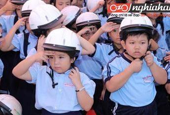 Dạy bé học cách đội mũ bảo hiểm khi đi xe đạp 1
