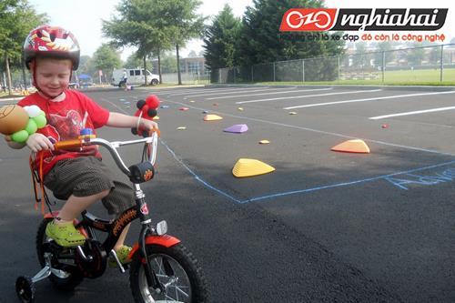 Giúp bé hứng thú hơn với hoạt động ngoài trời bằng các trò chơi với xe đạp 1