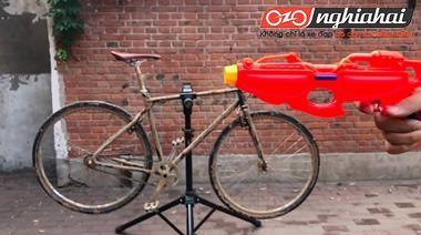 Làm thế nào sử dụng súng nước để làm sạch xe đạp địa hình 1